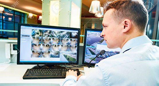 https://empleos.vigo.cl/wp-content/uploads/2020/03/vigo-web-servicios-seguridad-vigilante-monitor-555x300.jpg